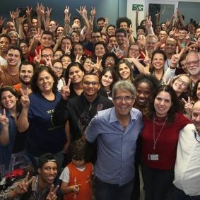 Estudantes e apoiadores da chapa 2, comemorando o resultado vitorioso nas urnas. Ao centro Fábio e Patrícia. Fonte: https://www.facebook.com/auftmquequeremos/